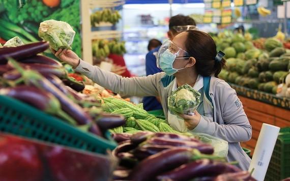 消費者在超市選購新鮮蔬果。(圖源:秋莊)