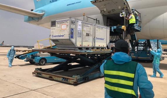 英國政府向我國援助的新冠疫苗抵達新山一機場。(圖源:英國大使館)