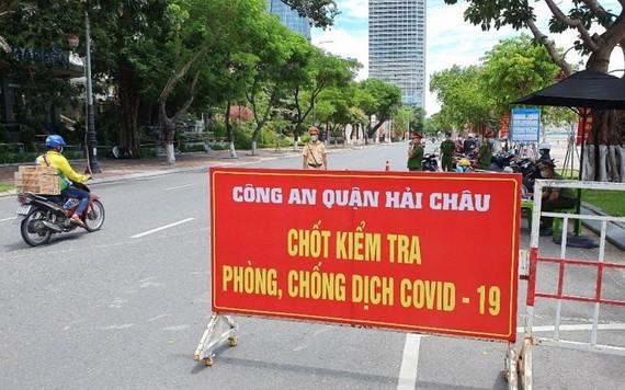 圖為峴港市海珠郡職能力量所設的一個疫情防控檢查點。(圖源:懷秋)