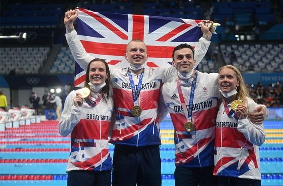 英男女 4x100 米混合泳接力決賽摘金