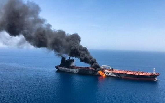 在阿曼附近的阿拉伯海海域遭襲的貨船。(圖源:路透社)
