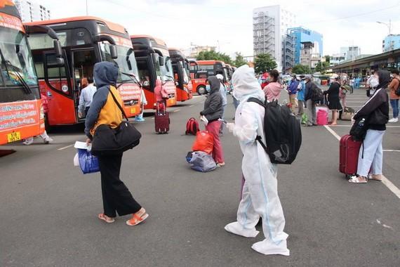 客運單位配合各家企業安排運送工人返鄉。(圖源:PLO)