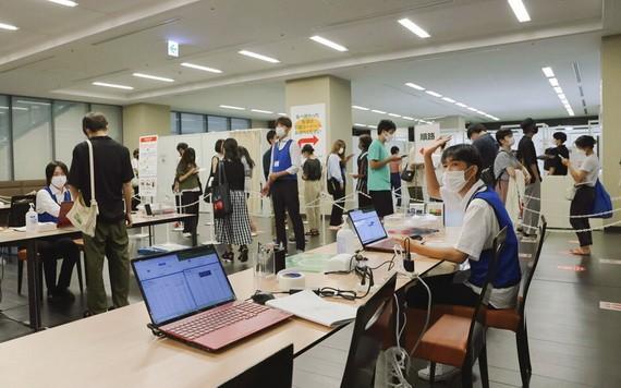 8月2日,日本東京青山學院大學的疫苗接種中心。(圖源:AP)