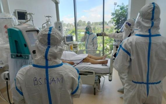 市新冠肺炎加護醫院醫護人員在為一名新冠肺炎重症患者展開救治工作。(圖源:市衛生廳)