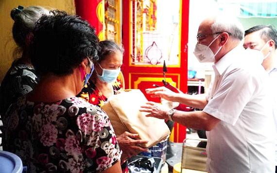 市委常務處委員、市委宣教處主任潘阮如奎探望和贈送禮物給第三郡 第五坊阮氏明開街408/12號民戶。