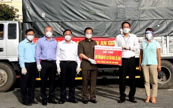 安江省委書記黎洪光代表安江省同胞向本市同胞轉交捐贈的100噸大米和110噸果蔬。(圖源:安江新聞網)