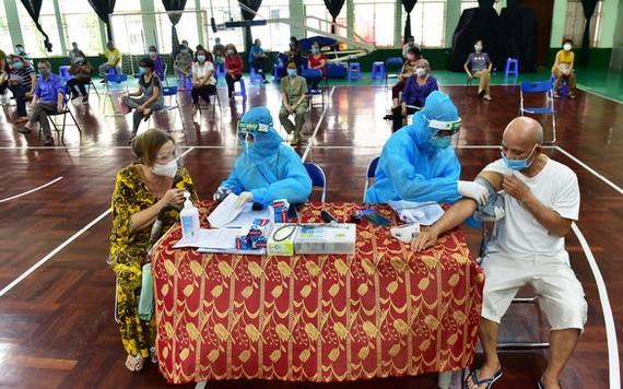 8月2日,第十一郡居民在領兵升體育館接種新冠疫苗。(圖源:緣潘)