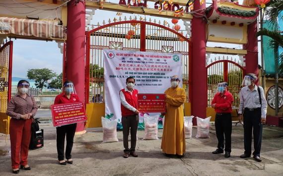 釋慧功法師向市紅十字會主席陳長山轉贈80噸大米。
