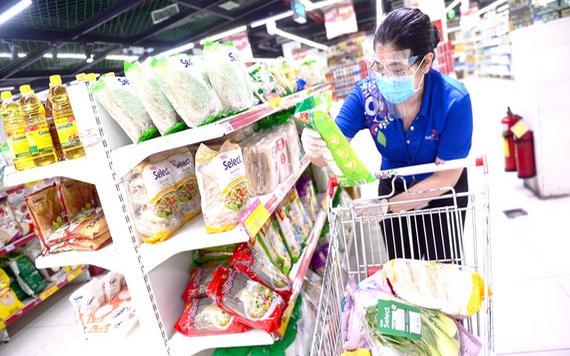 超市人員為在線訂貨的顧客購物。