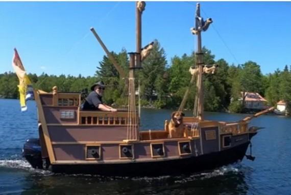 退休木匠疫情期間自建海盜船