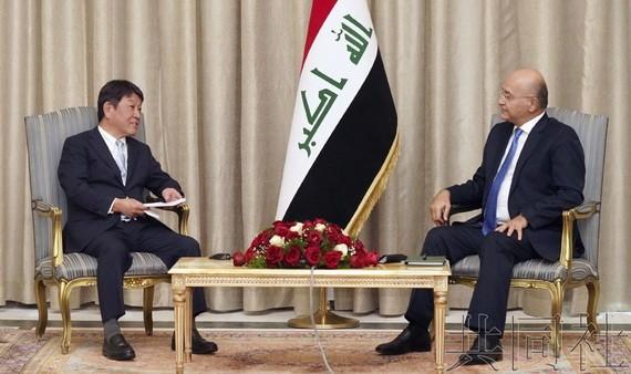 日本外相茂木敏充(左)與伊拉克外長侯賽因會談。(圖源:共同社)