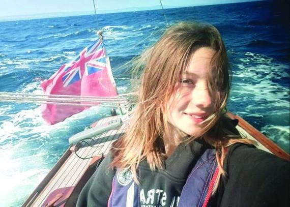 14 歲女子獨駕帆船繞英國