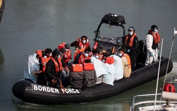 英國內政部8月23日晚宣佈,當天至少828名難民穿越英法海峽偷渡到英國,這創造了單日抵達英國難民人數的紀錄。(圖源: 互聯網)