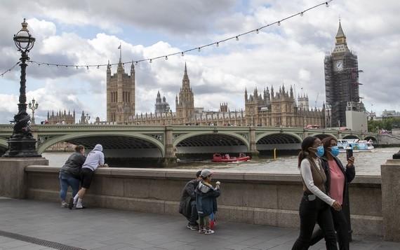 8月18日,人們走在英國倫敦的泰晤士河岸邊。(圖源:新華社)