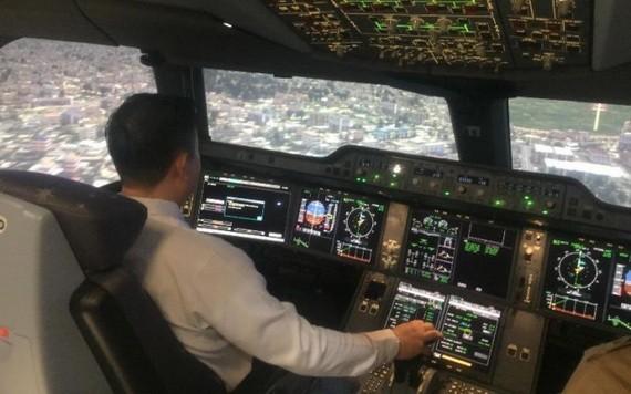 飛行教練員在模擬空客 A350寬體飛機駕駛艙內操作。(圖源:豐田)