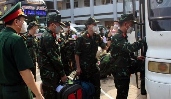 軍醫幹部團奔赴同奈省支援抗疫。(圖源:草江)