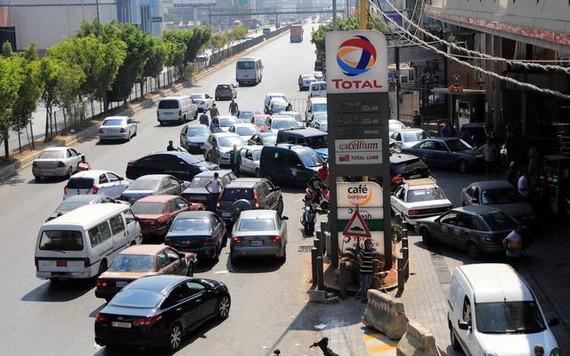 8月21日,車輛在黎巴嫩貝魯特港附近的加油站排隊加油。 (圖源:新華社)