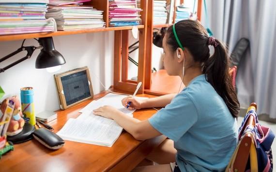 學生正在線上學習。