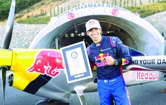 飛行員駕機穿越隧道創世界紀錄
