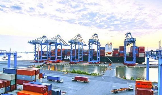 在丐密國際港裝卸貨物。