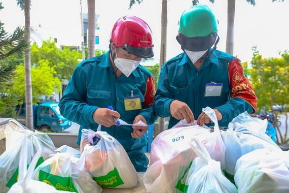 民兵趕超市代民購物,仔細核對每家每戶的必需品訂購單。