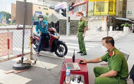 市民通過公安部的攝像器系統進行掃描申報。(圖源:公安部)