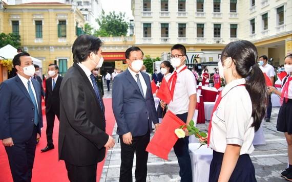 9月5日,河內市委書記丁進勇出席徵女王中學校開學典禮。(圖源:曰成)