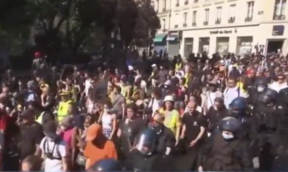 法國多地民眾再次舉行抗議新冠健康通行證等防疫措施的示威活動,超12萬人參加。(圖源:互聯網)