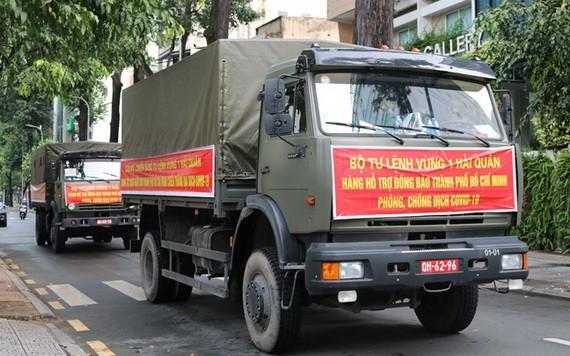 海警第一區司令部運載大米車隊抵達本市。(圖源: 香葉)