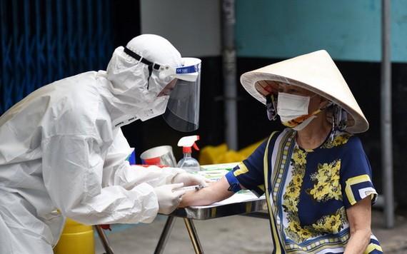 9月14日,一名富潤郡第二坊居民接受採樣做抗體檢測。(圖源:緣潘)