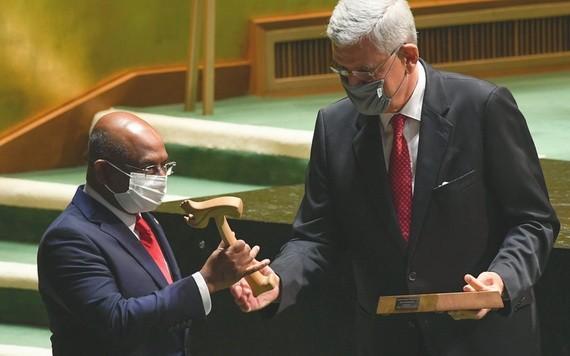 聯合國大會第七十五屆會議主席(右)將會槌交給第七十六屆會議主席。(圖源:聯合國)