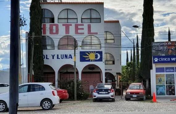 案發後,警方巡邏車停在事發酒店外。 (圖源:互聯網)