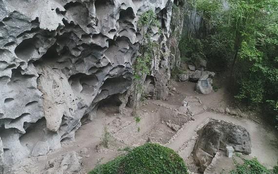 茛石屋頂的考古挖掘坑。