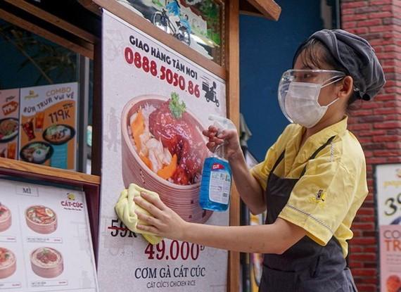 9月16日,第七郡的一家快餐店開門復業為網購及外賣服務做好準備。(圖源:黃雄)