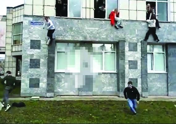 學生聽到槍聲後從窗戶跳下。(圖源:互聯網)