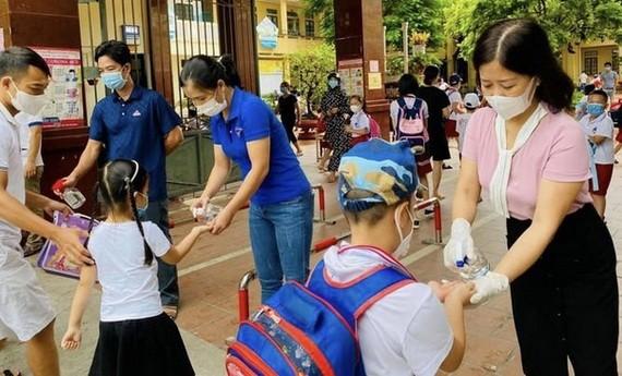 太平省小學生進校時接受噴洗手液消毒。(圖源:TNO)