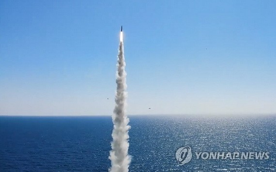 """9月17日,韓國海軍公開從""""島山安昌浩""""號潛艇上成功試射自主研製的潛射彈道導彈(SLBM)的照片。 (圖源:韓聯社)"""