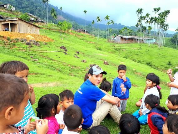 阮陳偉教師與山區學生。