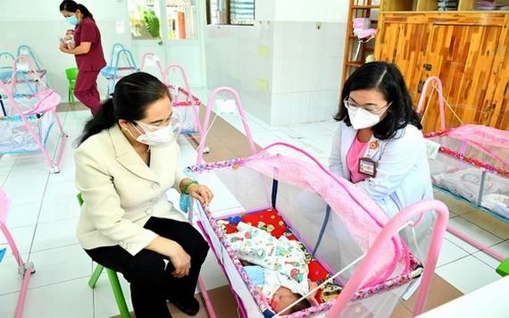 市人民議會主席阮氏麗和雄王醫院經理黃氏艷雪在H.O.P.E中心探望新生兒。
