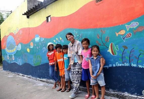 遊客與島上兒童合照留念。