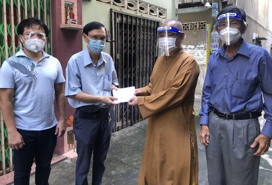 市華人佛教代表釋慧功(左三)與麒麟(左一)向平泰華文中心教務主任許少宏贈送慰問金。