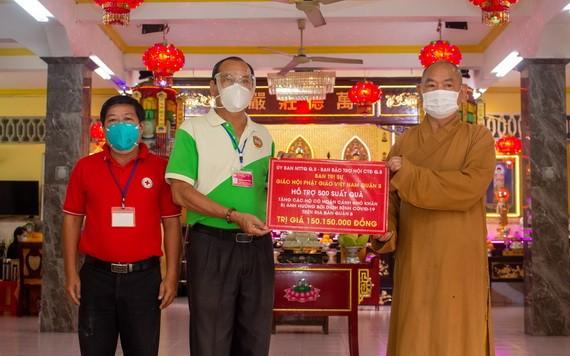釋慧功法師向梅洪峰副主席轉交救濟物質。