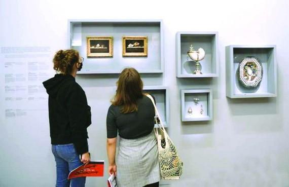 參觀者在欣賞藏品。(圖源:互聯網)