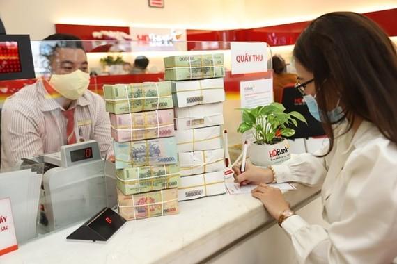 企業家在銀行辦理貸款手續。