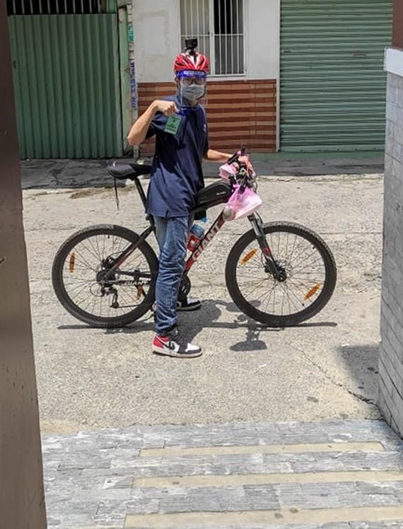 黃善保騎自行車參加防疫志願活動。