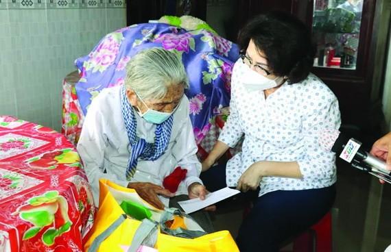 蘇氏碧珠主席(右)親切問候家境貧困長者。