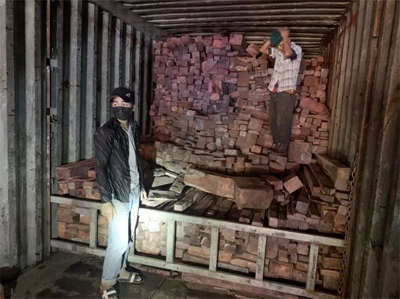 被查獲的走私木材。(圖源:丁進)