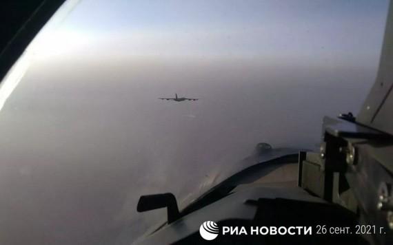 俄3架蘇-35S殲擊機當天緊急升空,在太平洋上空伴飛靠近俄空域邊界的美國空軍B-52H戰略轟炸機。(圖源:俄新社)