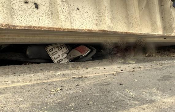 Lật thùng container đè xe máy khiến 3 người chết