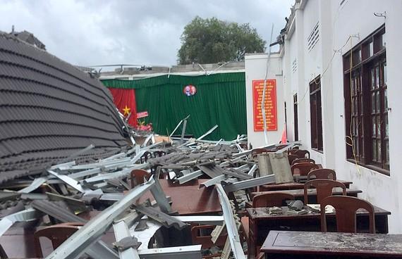 Hiện trường sự cố sập mái hội trường UBND thị trấn Ngã Sáu (Hậu Giang)